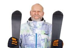 Homme tenant des skis sur d'isolement Image stock