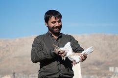 Homme tenant deux colombes Image libre de droits