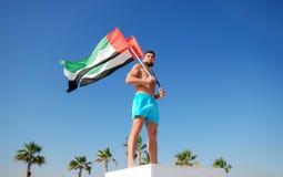 Homme tenant deux drapeaux des EAU Images libres de droits