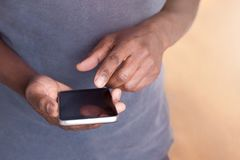 Homme tenant et à l'aide d'un smartphone pour le travail ou le divertissement images libres de droits
