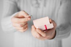 Homme tenant l'anneau et le boîte-cadeau de mariage Image libre de droits