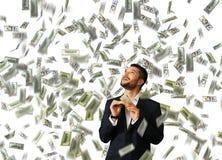 Homme tenant l'argent et recherchant Images stock
