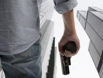 Homme tenant l'arme à feu photographie stock libre de droits