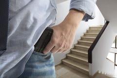 Homme tenant l'arme à feu Photo stock