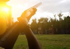 Homme tenant l'arme à feu dans la rue Image stock