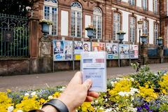 Homme tenant l'electorale de carte Photos stock