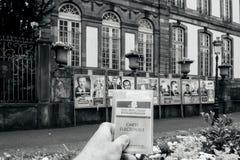 Homme tenant l'electorale de carte Photos libres de droits