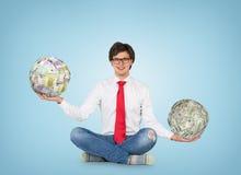Homme tenant la boule de l'argent photo libre de droits
