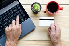 Homme tenant la carte de crédit Images stock
