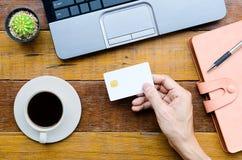 Homme tenant la carte de crédit Photographie stock