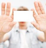 Homme tenant la carte de visite professionnelle vierge de visite Photos stock