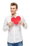 Homme tenant la carte de voeux en forme de coeur Image libre de droits