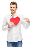Homme tenant la carte de voeux en forme de coeur Photos stock
