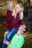Homme tenant la fille sur son épaule Photographie stock libre de droits