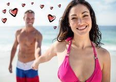 Homme tenant la main de femme sur la plage Photo stock