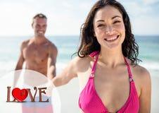Homme tenant la main de femme sur la plage Images libres de droits