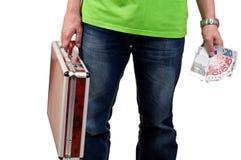 Homme tenant une serviette et un argent Photographie stock libre de droits