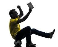 Homme tenant la silhouette numérique de observation de comprimé Images stock