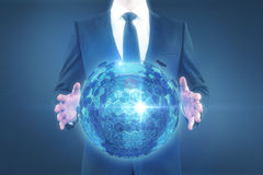 Homme tenant la sphère Image stock