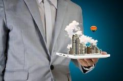 Homme tenant la Tablette et la ville d'écran tactile Photos libres de droits
