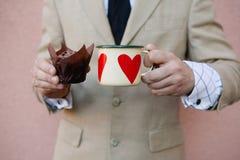 Homme tenant la tasse de café chaude Images stock