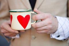 Homme tenant la tasse de café chaude Photo stock
