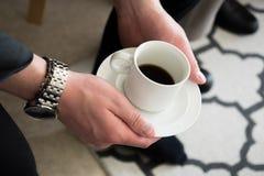 Homme tenant la tasse de café dans des mains image libre de droits