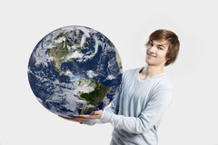 Homme tenant la terre de planète Photo libre de droits