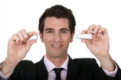 Homme tenant le bâton d'USB Photo libre de droits