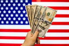 Homme tenant le billet de banque de dollar US indiquant l'accident du marché photos stock