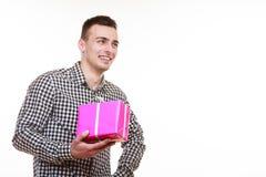 Homme tenant le boîte-cadeau rose actuel Images stock