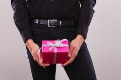 Homme tenant le boîte-cadeau rose actuel dans des mains Images libres de droits
