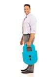 Homme tenant le cadenas de sécurité Photographie stock