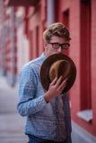 Homme tenant le chapeau feutré Photo libre de droits