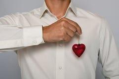 Homme tenant le coeur en verre Photographie stock libre de droits