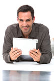 Homme tenant le comprimé numérique avec les deux mains Images libres de droits