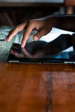 Homme tenant le comprimé numérique, plan rapproché Photos stock