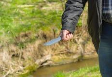 Homme tenant le couteau qui a réussi tout seul Image libre de droits
