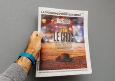 Homme tenant le journal environ le tir 2017 de bande de Las Vegas Photo libre de droits
