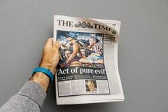 Homme tenant le journal environ le tir 2017 de bande de Las Vegas Photos libres de droits