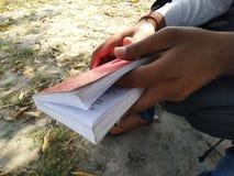 homme tenant le livre images libres de droits