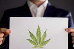 Homme tenant le logo de marijuana photos libres de droits