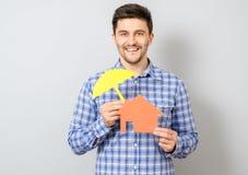 Homme tenant le modèle de la maison Concept pour l'assurance à la maison Image stock