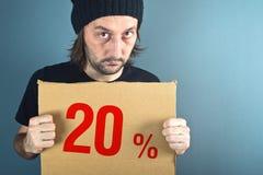 Homme tenant le papier de carton avec le prix discount de ventes Images stock
