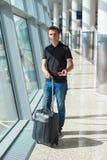 Homme tenant le passeport et la carte d'embarquement à l'aéroport Photo stock
