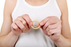 Homme tenant le préservatif Photographie stock libre de droits