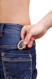 Homme tenant le préservatif Image stock