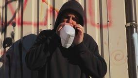 Homme tenant le sac de papier au-dessus de la bouche comme si ayant une attaque de panique banque de vidéos