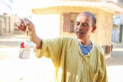 Homme tenant le scorpion dans le zoo de Tozeur Image stock