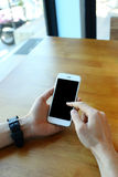 Homme tenant le smartphone avec le contact sur l'écran Photos stock